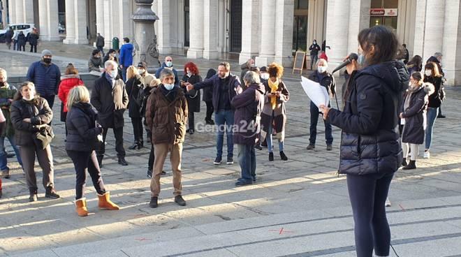 """Manifestazione in piazza De Ferrari: """"La mascherina fa male, ci stanno torturando"""""""