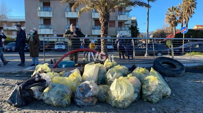 rifiuti spiagge albenga