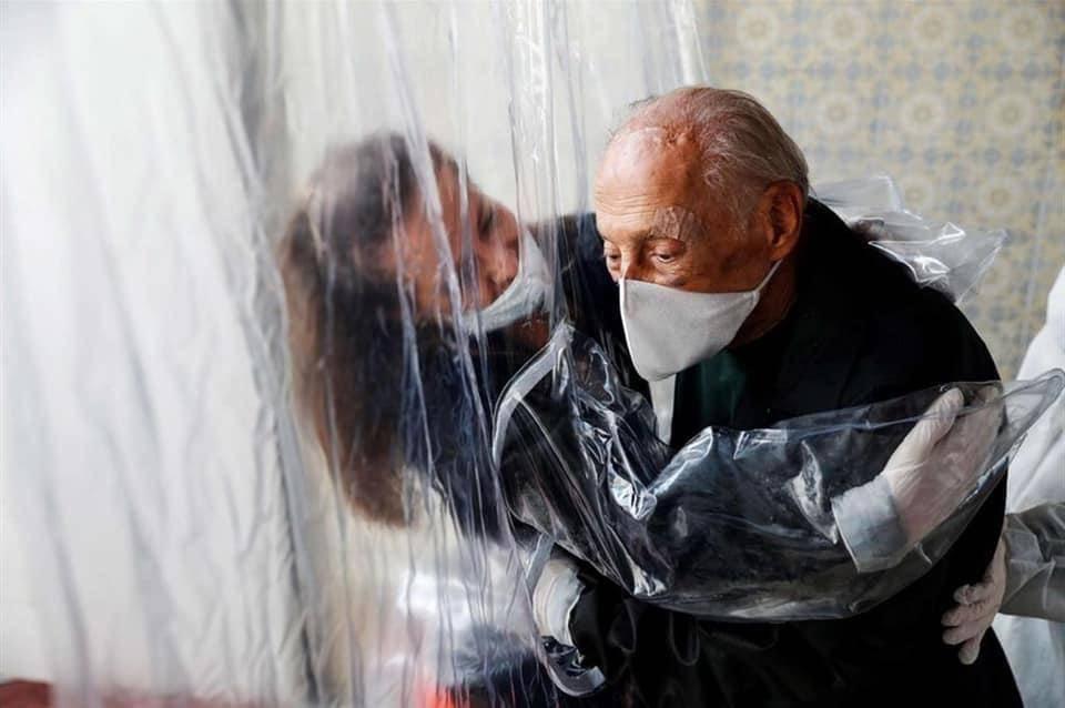 Trincheri stanza abbracci anziani