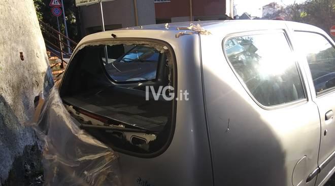 vandalismo auto vetro rotto