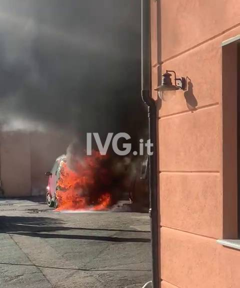 Varazze, auto in fiamme vicino a distributore di benzina