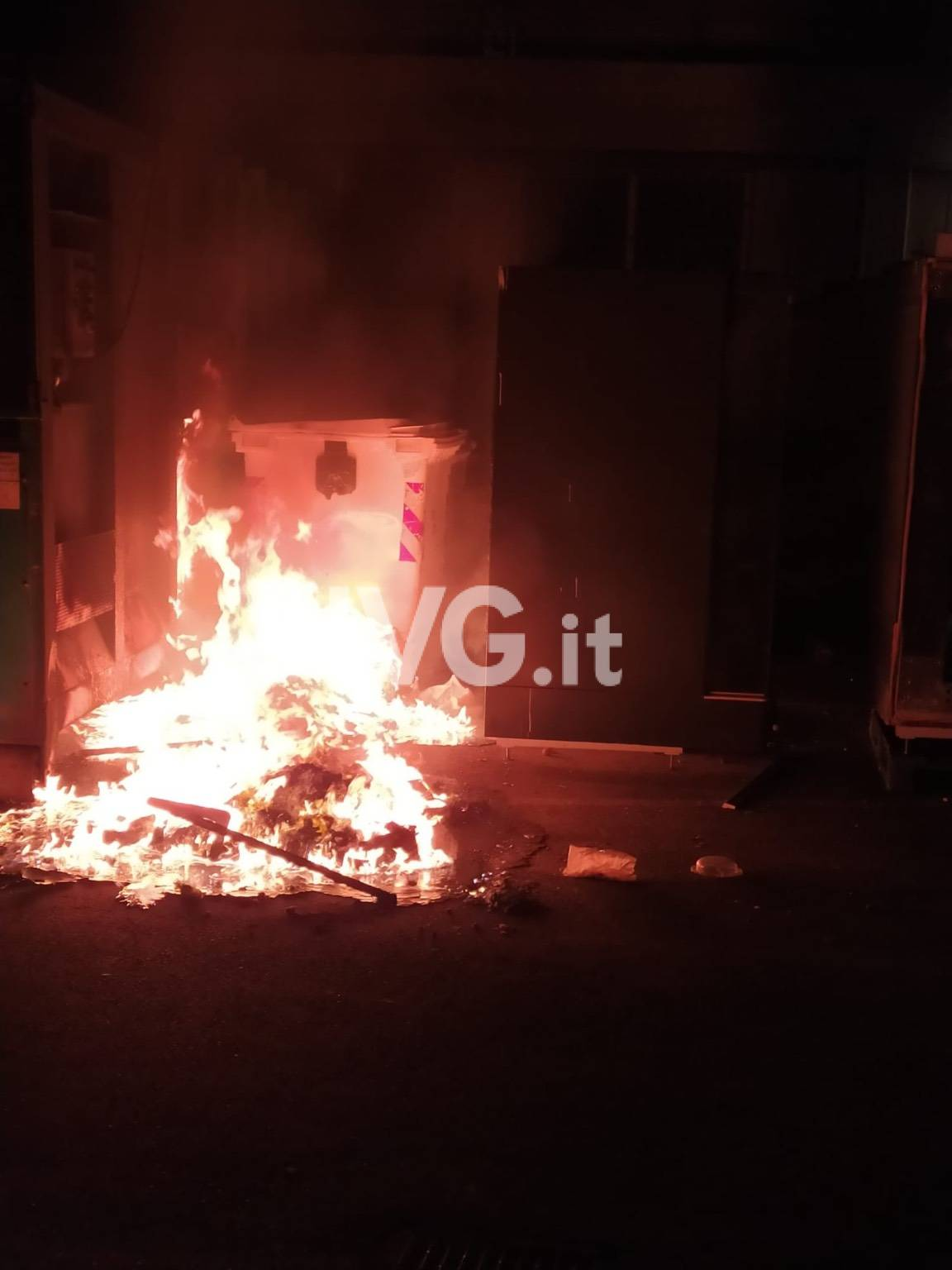 Albenga, cassonetti bruciati in via Trieste