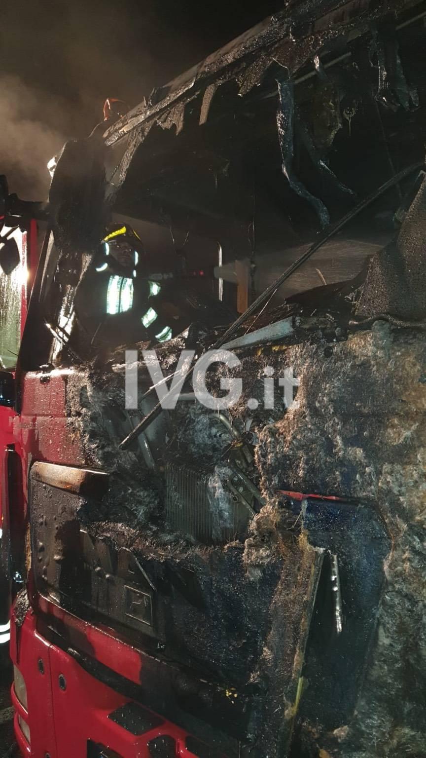 Camion autostrada fuoco incendio incidente vigili del fuoco