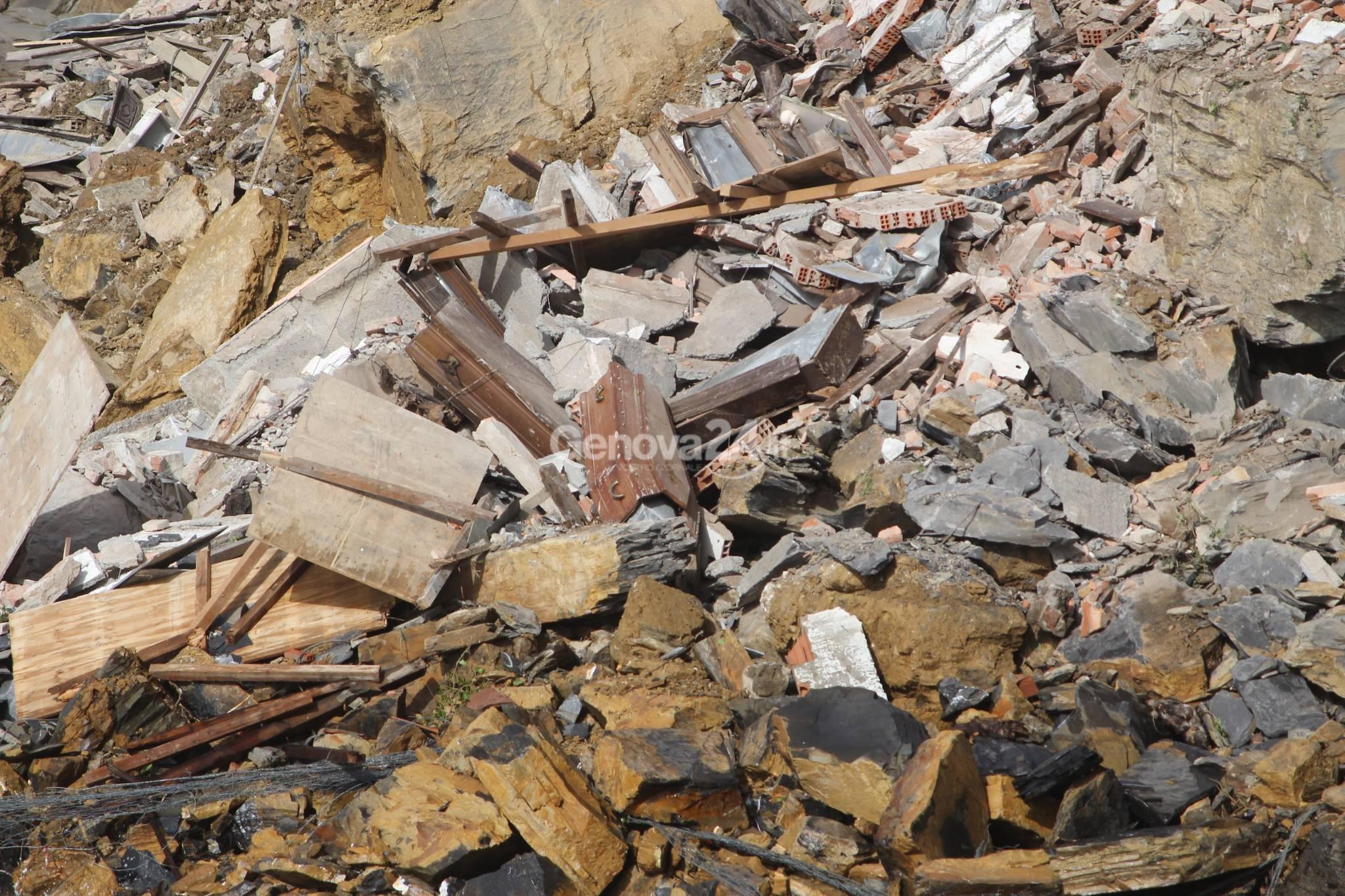 Camogli, dopo il crollo del cimitero il legno delle bare galleggia in mare