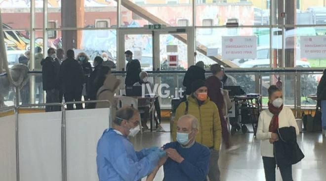 Covid, partono le vaccinazioni al Palatrincee per gli over 80
