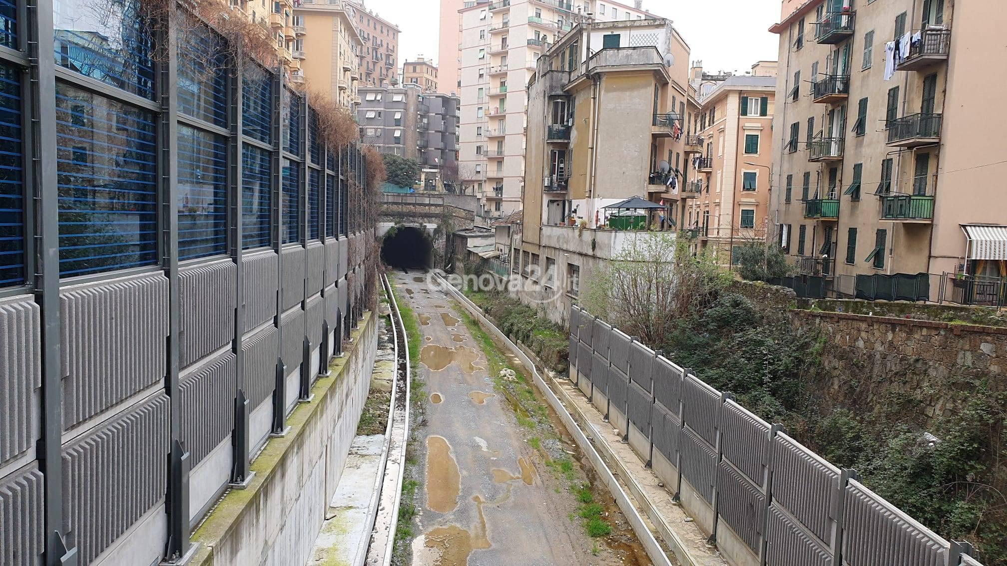 La linea ferroviaria del Campasso tra le case di Sampierdarena
