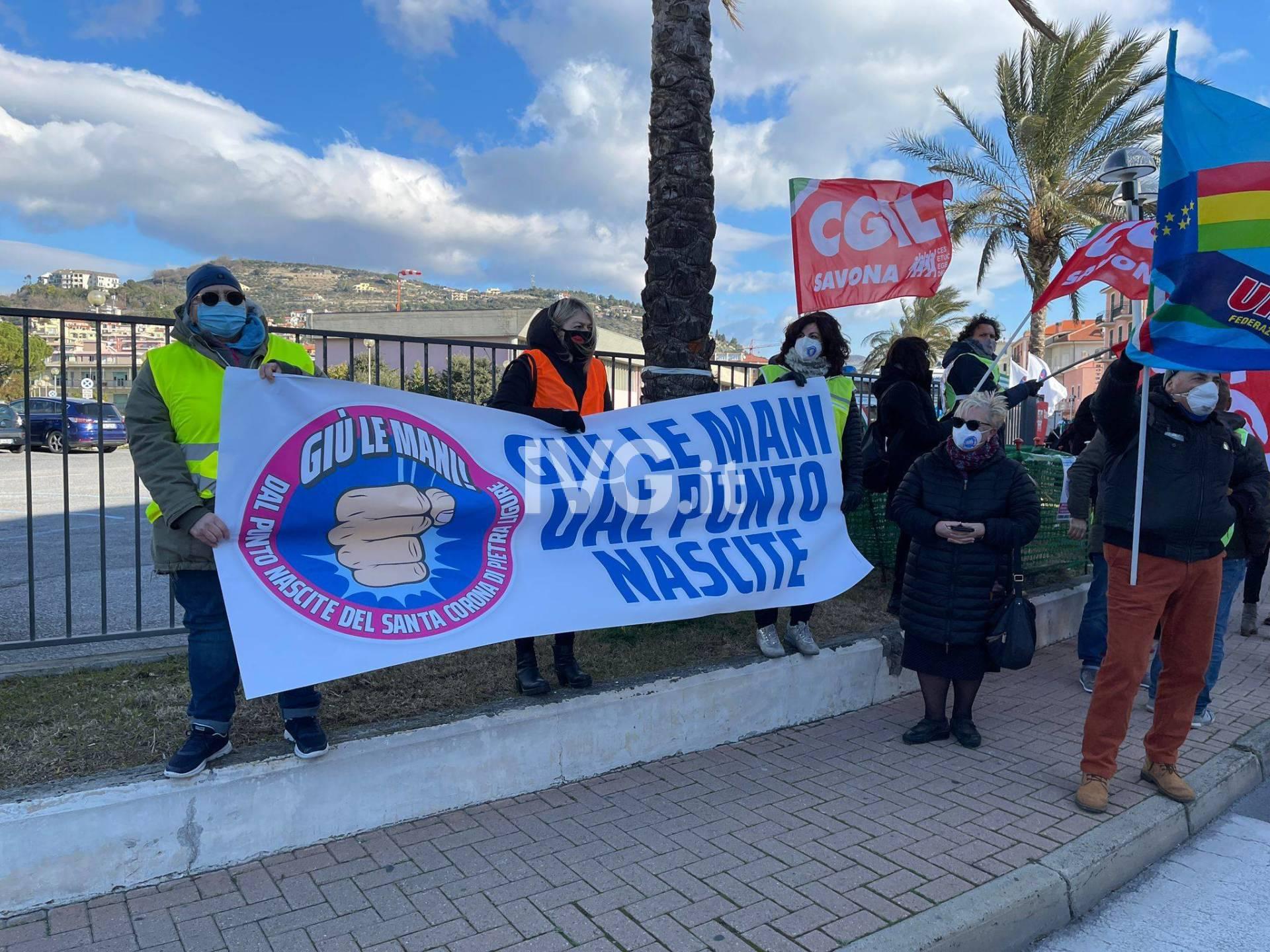 La manifestazione per il punto nascite del Santa Corona