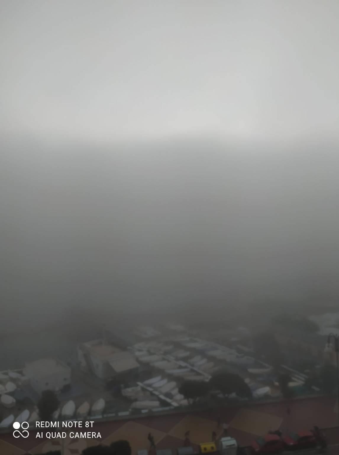 """Lo spettacolo della """"caligo"""" a Genova, la nebbia che arriva dal mare"""