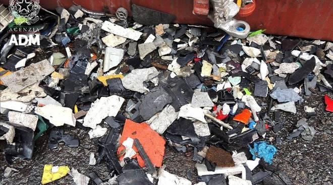 traffico illecito di rifiuti plastici