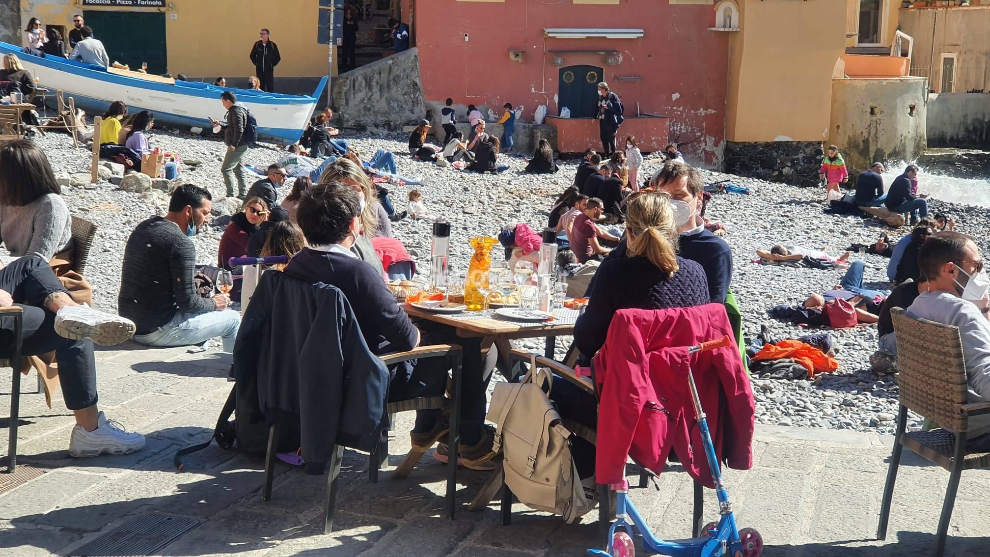 Zona gialla, pienone a Genova per l'ultimo pranzo in riva al mare