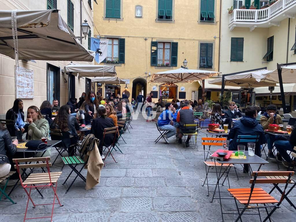 aperitivo all'aperto albenga piazza delle erbe tavolini zona gialla