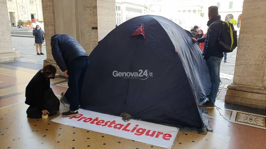 Blitz di protesta ligure: montata una tenda sotto la sede della Regione