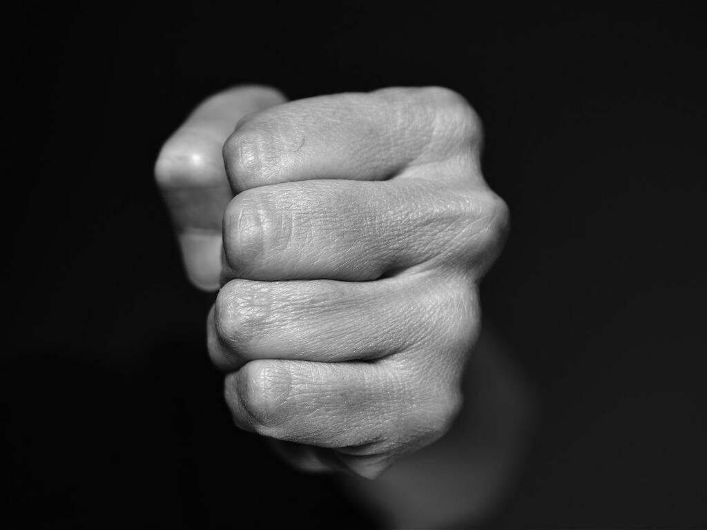 pugno aggressione violenza generica