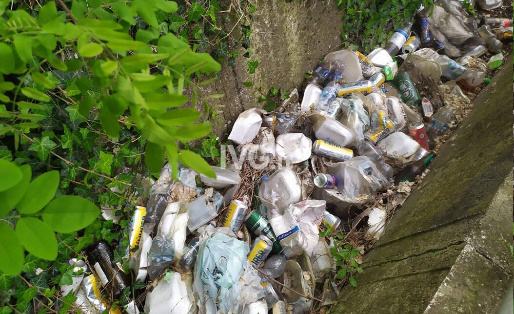 Degrado a Quiliano: decine di rifiuti abbandonati