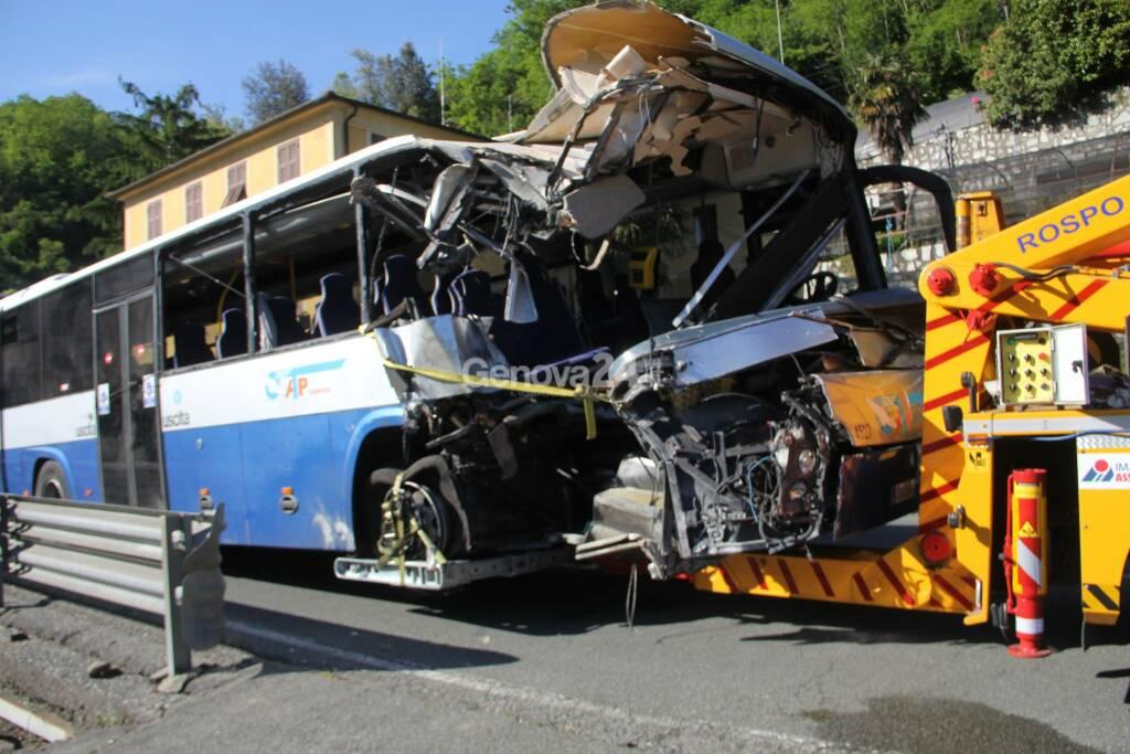 Incidente a San Colombano Certenoli, bus contro auto