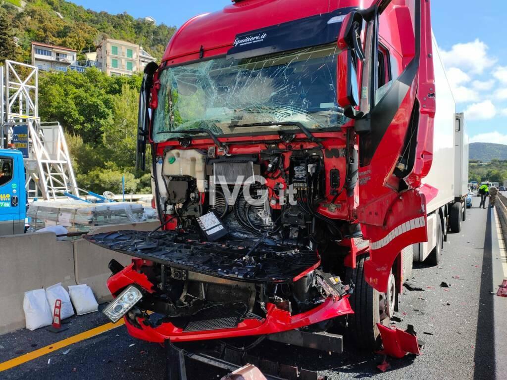 incidente a10 autostrada schianto tir camion pietra