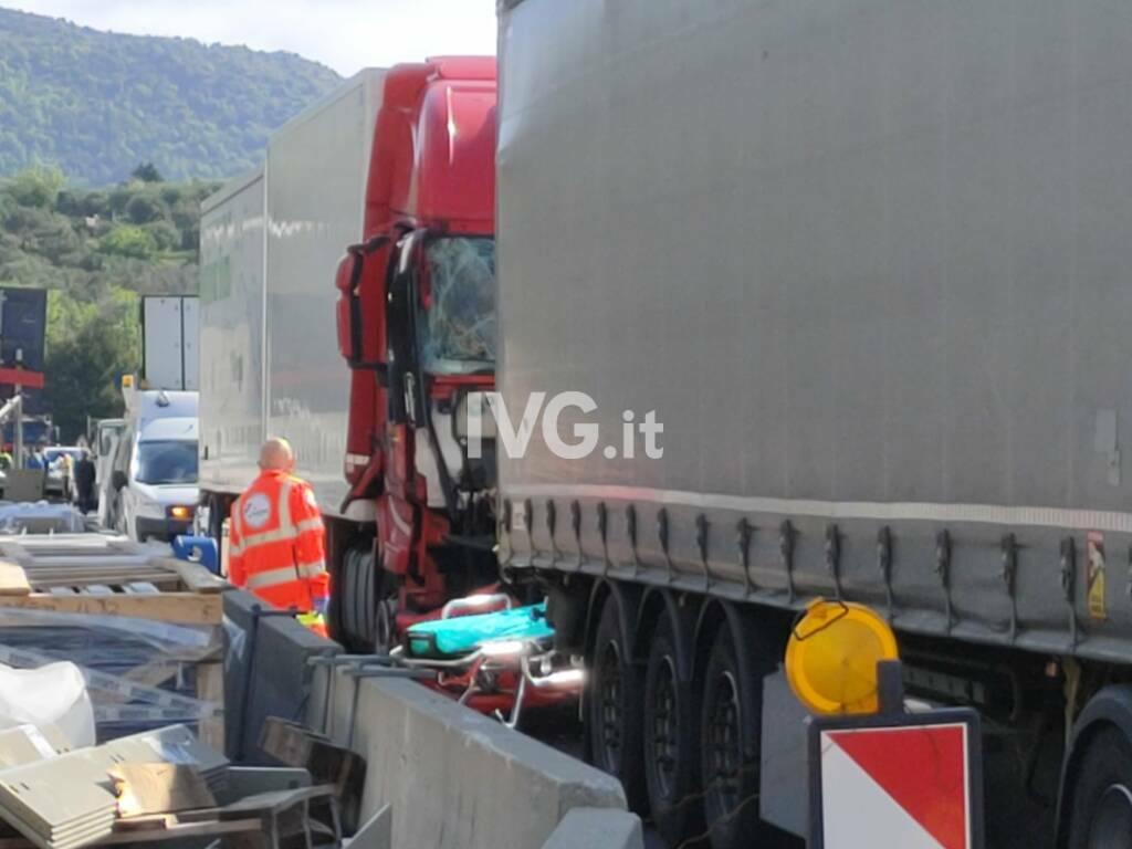 incidente a10 autostrada tir camion schianto pietra