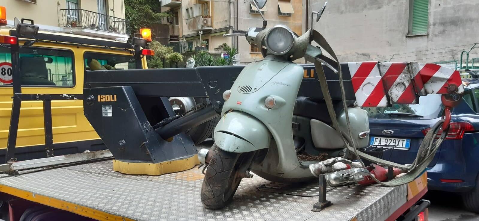 La polizia locale di Genova rimuove 330 carcasse di auto e moto abbandonate