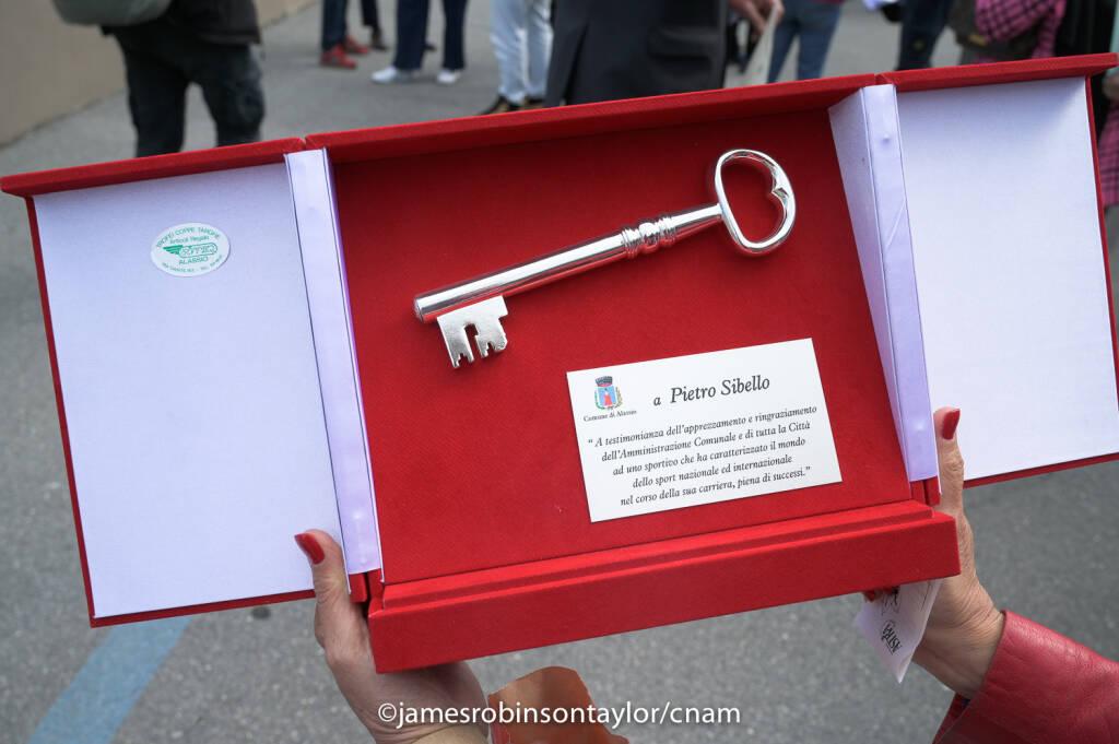 Pietro Sibello consegna chiavi cittadinanza