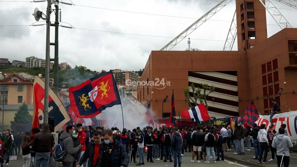 Tifosi Genoa fuori dallo stadio prima di Genoa-Atalanta