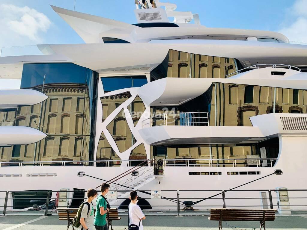 Artefact yacht