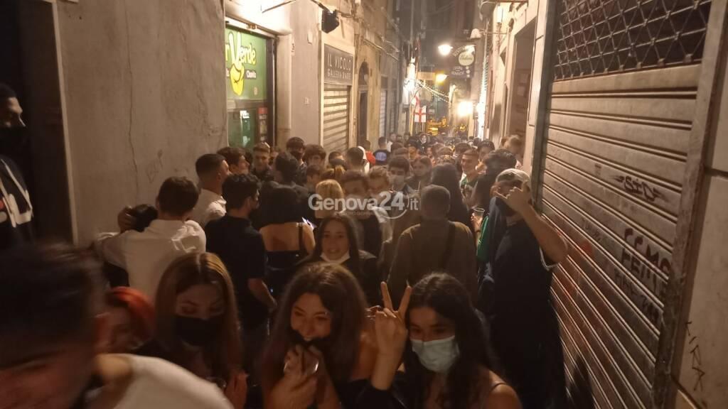 Festa a De Ferrari, cori da stadio, movida sfrenata nei vicoli: Genova celebra la zona bianca