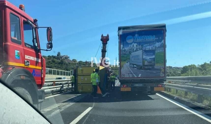 Camion cappottato Albenga autostrada