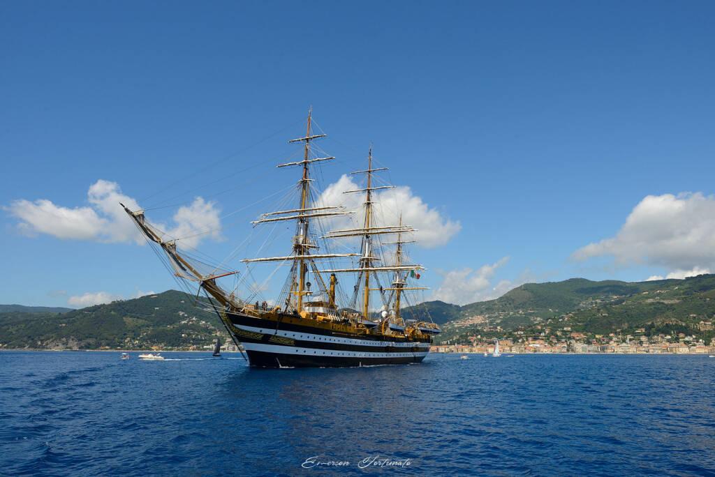 Il passaggio della nave Vespucci ad Alassio