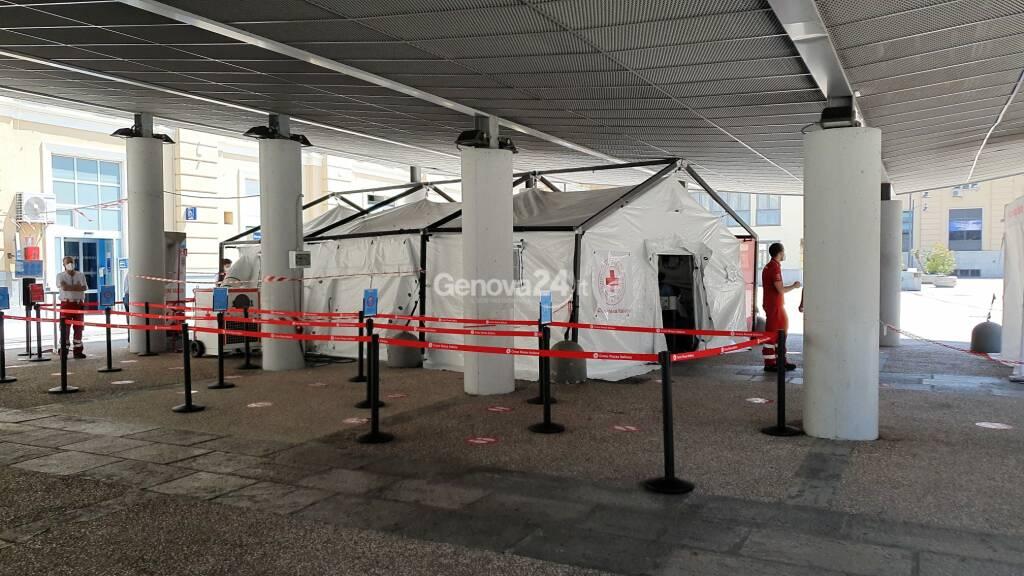 Il punto tamponi della Croce Rossa alla stazione Principe
