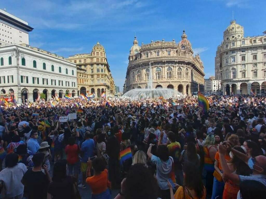 La marea arcobaleno invade De Ferrari: in 8mila al Liguria Pride (e arriva anche Bucci)