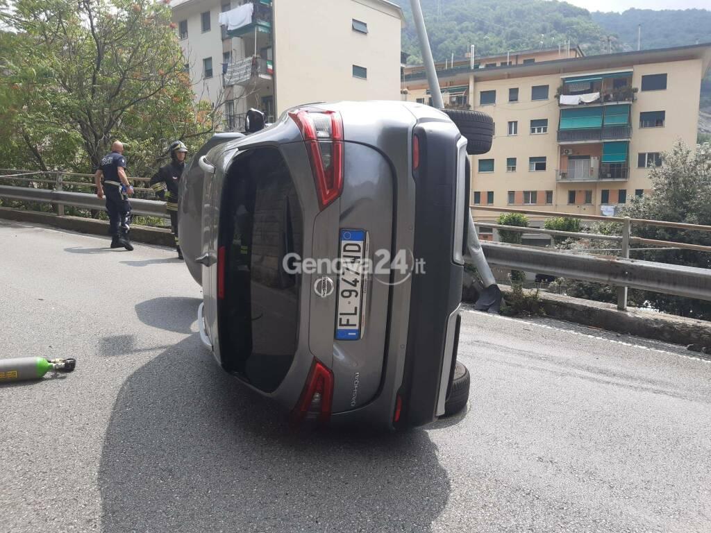 Molassana, auto si ribalta in via Allende: non ci sono feriti gravi