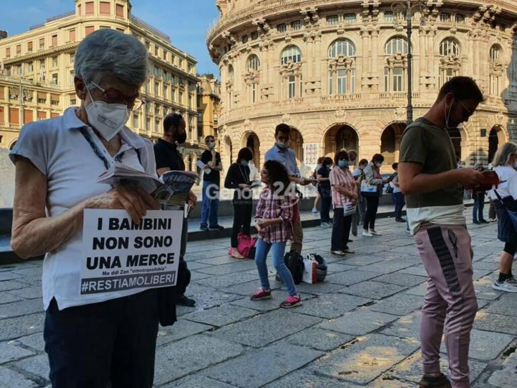 Sentinelle in piedi a Genova contro il ddl Zan