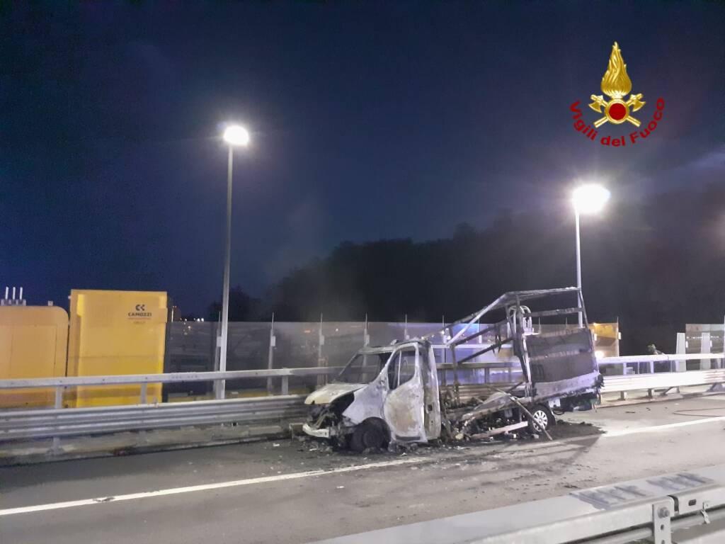 Furgone in fiamme sul viadotto San Giorgio