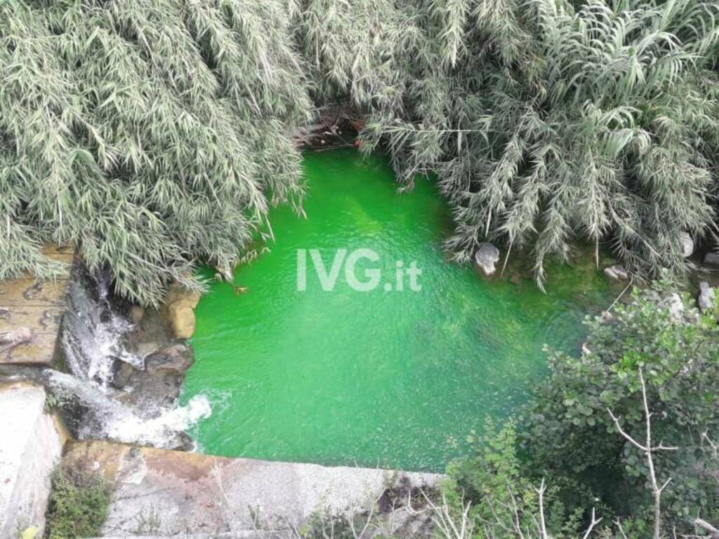 Toirano, il fiume Varatella diventa verde