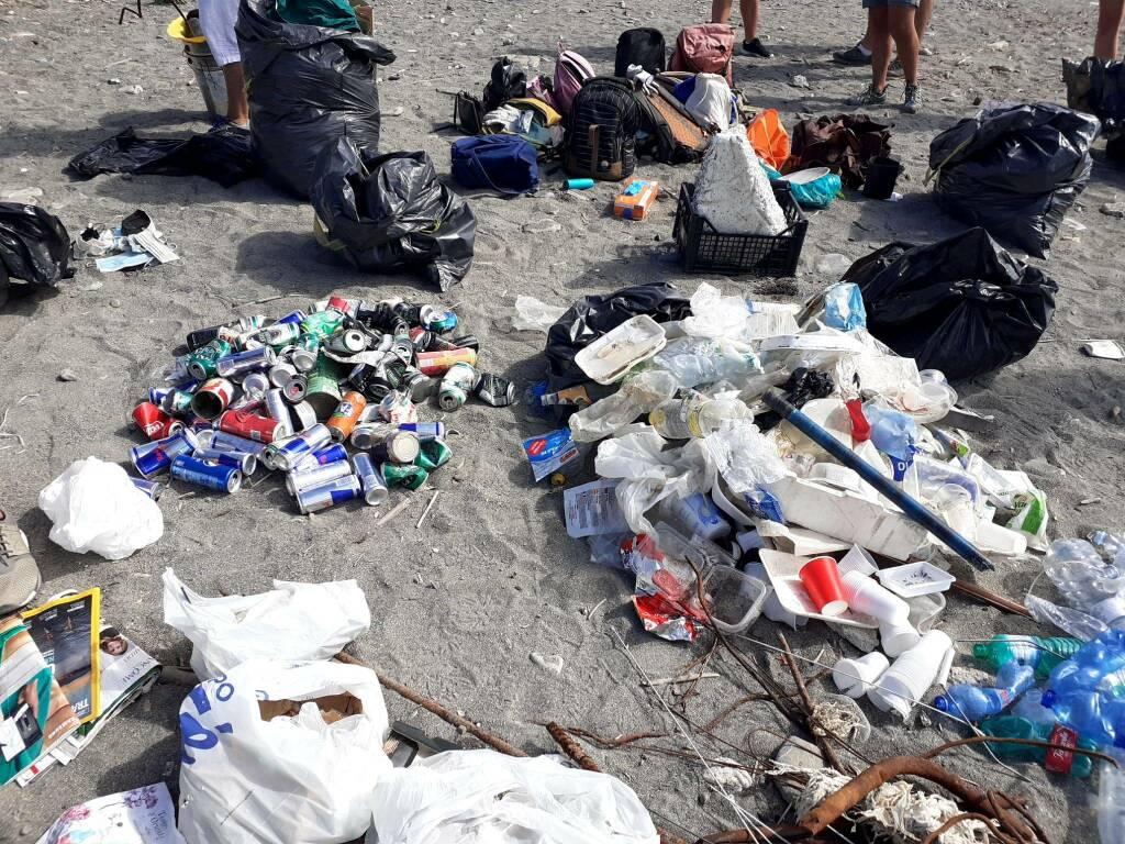 spiaggia foce pulizia rifiuti volontari