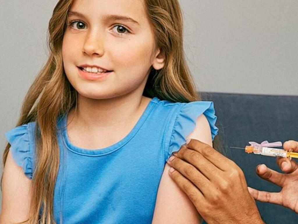 vaccino ragazza adolescente