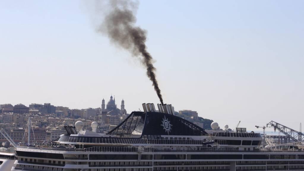 fumo nave porto genova