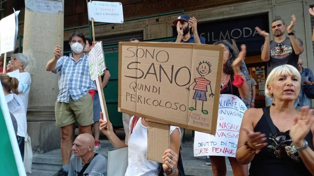 No green pass ancora in piazza: flash mob e corteo fino in piazza della Vittoria