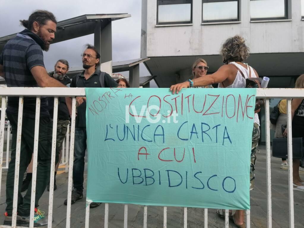 personale scolastico protesta contro il Green pass