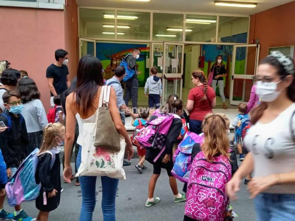 Primo giorno di scuola tra controlli del green pass e l'entusiasmo di bimbi e ragazzi