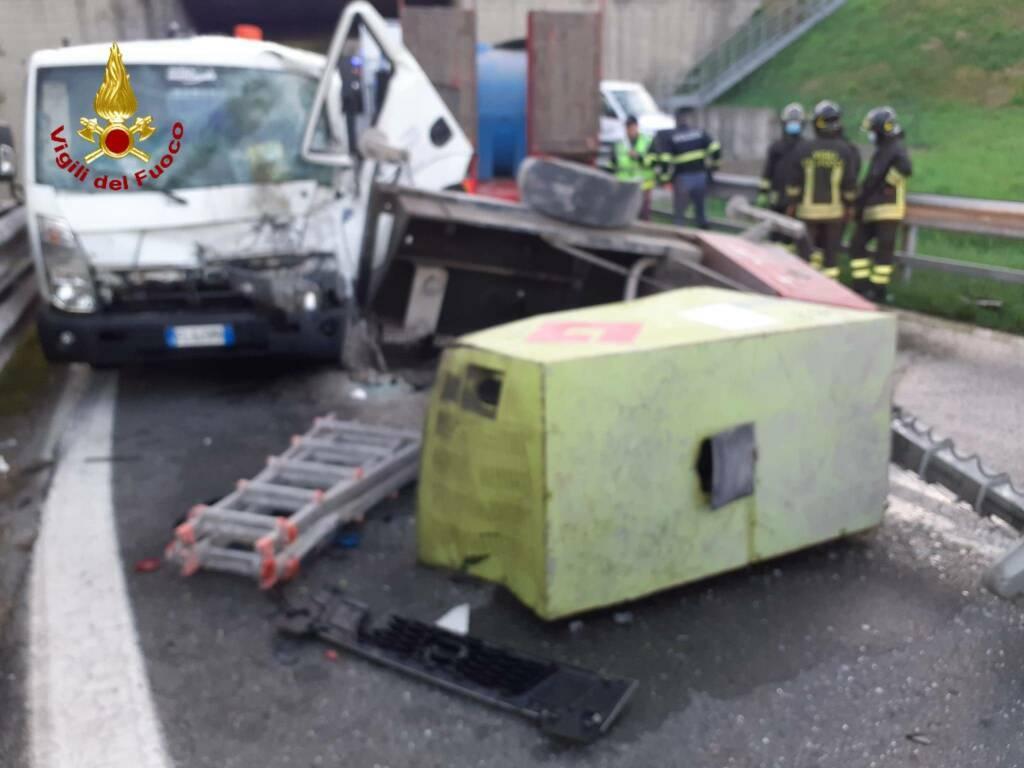 carico tir A12 schiaccia camion