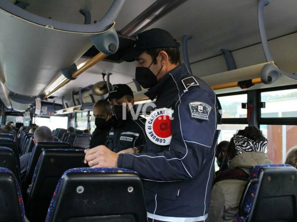 Controlli della Polizia Locale di Carcare a bordo dei bus