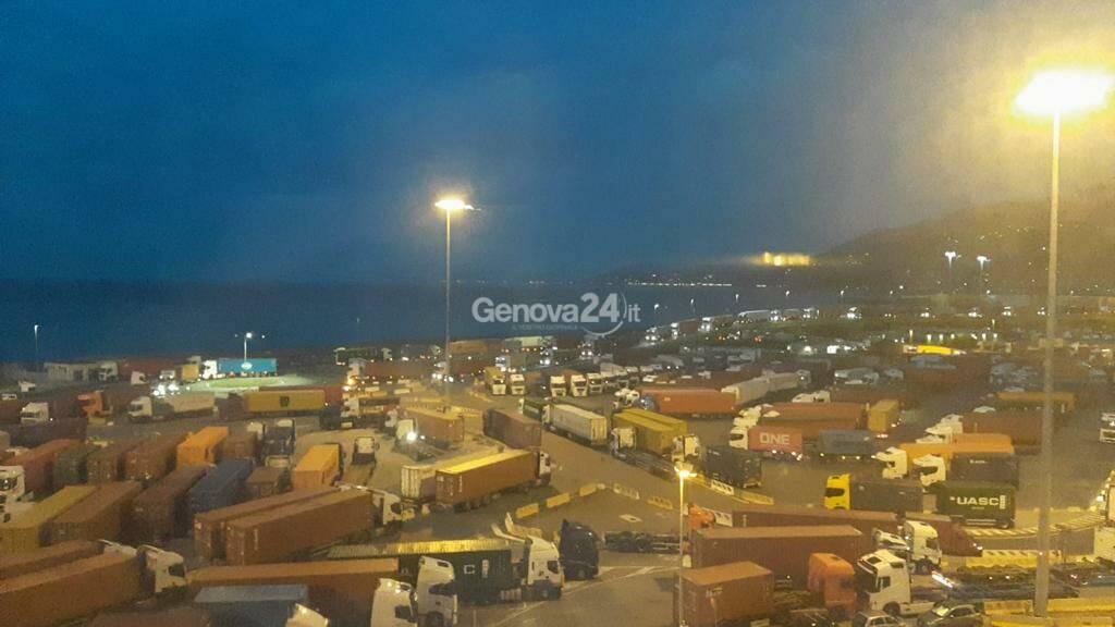 Sciopero in porto, caos al terminal Psa: centinaia di camionisti assembrati all'entrata